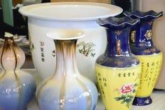 Vaso branco com a decoração pequena dos vasos fotos de stock royalty free