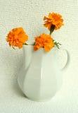 Vaso branco com flores amarelas Fotografia de Stock Royalty Free