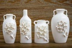 Vaso branco decorativo diferente no fundo de Brown Imagem de Stock