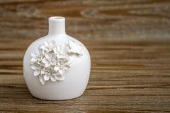 Vaso branco decorativo no fundo de Brown Imagens de Stock Royalty Free