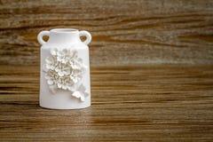 Vaso branco decorativo no fundo de Brown Imagens de Stock