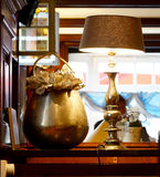 Vaso bronzeo e lampada immagini stock libere da diritti