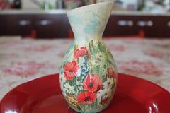 Vaso colorato fiore Fiori rossi fotografia stock libera da diritti