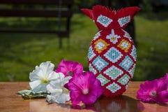 vaso colorido do origâmi 3D com as flores na tabela imagem de stock