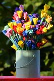 Vaso com as rosas feitos a mão coloridas no fundo verde natural Foto de Stock