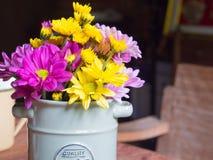 Vaso com ferro e flores, estilo do vintage na tabela Fotos de Stock