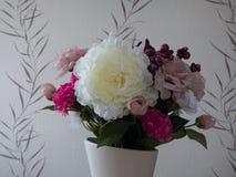 Vaso com flores artificiais Fotos de Stock