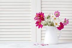 Vaso com flores bonitas, decoração interior Foto de Stock