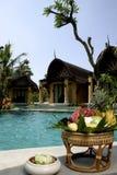Vaso com flores Piscina, vadios do sol ao lado do jardim e pagode com colunas fotografia de stock royalty free