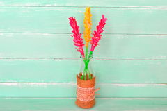 Vaso com o jacinto das flores de papel, fundo de madeira verde com espaço da cópia para o texto Fotos de Stock Royalty Free