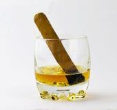 Vaso con el whisky y un cigarro Fotografía de archivo libre de regalías