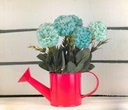 Vaso con i fiori dentro una cassa di legno immagini stock libere da diritti