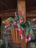 Vaso con i fiori di seta rossi fotografie stock
