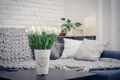 Vaso con i tulipani e lo strato bianchi Fotografia Stock Libera da Diritti