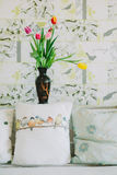 Vaso con i tulipani nel backgroud di primavera Immagine Stock