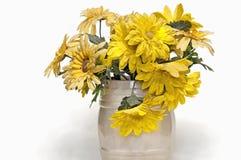 Vaso con il crisantemo giallo del tessuto Immagini Stock Libere da Diritti