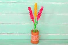 Vaso con il giacinto dei fiori di carta, fondo di legno verde con lo spazio della copia per testo Fotografie Stock Libere da Diritti