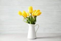 Vaso con il mazzo di bei tulipani fotografia stock libera da diritti