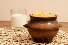 Vaso con il vetro di latte e della pasta Fotografia Stock