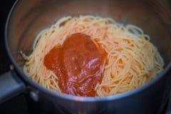 Vaso con la salsa cucinata di pasta e degli spaghetti Fotografie Stock Libere da Diritti