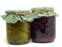 Vaso con le ciliege ed i peperoni conservati Immagini Stock