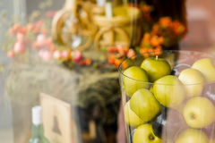 Vaso con le mele sul bello clouseup del fondo Fotografia Stock