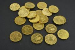 Vaso con le monete sulla tavola con fondo nero Fotografie Stock Libere da Diritti