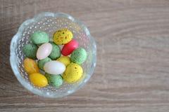 Vaso con le uova di Pasqua variopinte Immagini Stock Libere da Diritti