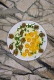 Vaso con un pozzo per produrre le uova rimescolate o nello stile fotografie stock libere da diritti