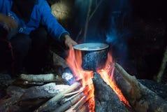 Vaso d'ebollizione al fuoco di accampamento sul picnic Immagine Stock