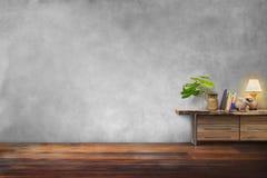 Vaso da cerâmica das plantas verdes na gaveta de madeira na sala vazia Fotografia de Stock