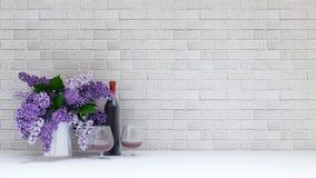 Vaso da flor roxa com vidro e parte inferior do vinho no CCB do tijolo Fotografia de Stock Royalty Free
