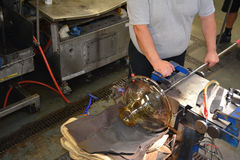 Vaso de cristal da fabricação na fábrica para a produção de cristal imagens de stock