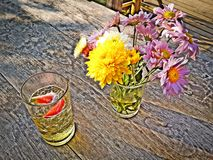 Vaso de flor da morango da cerveja imagem de stock royalty free