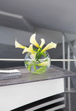 Vaso de flor do lírio branco Imagens de Stock Royalty Free