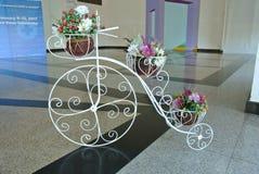 Vaso de flores da bicicleta fotografia de stock