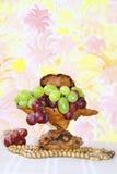 Vaso de madeira exclusivo com as uvas cor-de-rosa e verdes Fotografia de Stock Royalty Free