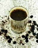 Vaso de medida con el cóctel del café Fotos de archivo libres de regalías
