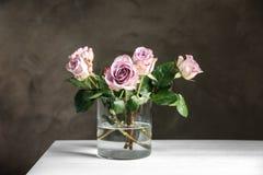 Vaso de vidro com o ramalhete de rosas bonitas Fotos de Stock Royalty Free