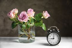 Vaso de vidro com o ramalhete de rosas bonitas Fotografia de Stock