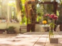 Vaso de vidro da flor do foco seletivo no estilo do processo do vintage da tabela foto de stock