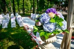 Vaso decorativo com flores Imagens de Stock Royalty Free
