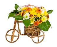 Vaso decorativo della bicicletta con i fiori Fotografia Stock