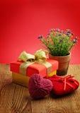 Vaso dei fiori con il contenitore ed i cuori di regalo Fotografie Stock Libere da Diritti