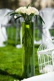 Vaso dei fiori su un prato inglese verde Decorazione per nozze di evento Immagini Stock Libere da Diritti