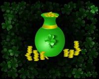 Vaso del fondo di giorno del ` s di Patrick con la moneta di oro Immagini Stock Libere da Diritti