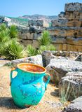 Vaso della brocca del lanciatore fra le pietre antiche, pareti rovinate, Pamukkale, fotografia stock