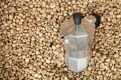 Vaso della macchinetta del caffè con i chicchi di caffè Fotografia Stock Libera da Diritti