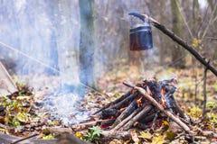 vaso di acqua bollente riscaldato sul fuoco nel campo Immagine Stock Libera da Diritti