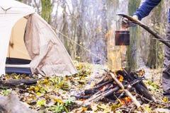 vaso di acqua bollente riscaldato sul fuoco nel campo Fotografia Stock Libera da Diritti